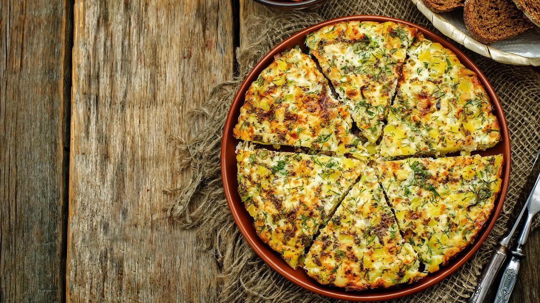 Frittata Dieses Omelett kommt eigentlich aus Italien. Schmeckt aber auch bei uns unwiderstehlich lecker. Man kann es warm oder kalt essen. Die Basis sind Eier, hinzu kommt Gemüse nach Belieben. Die Frittata wird in der Pfanne gebacken - und eignet sich hervorragend zur Resteverwertung.