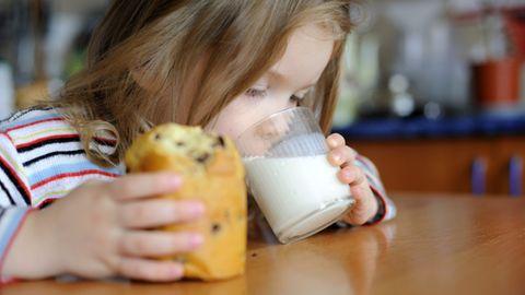 """Einst war sie das gesunde Lebensmittel schlechthin - doch mittlerweile hat die Milch an Image eingebüßt. Der Grund: Viele Menschen glauben, dass Kälbernahrung für Menschen ungeeignet ist. Sie würde dick machen, für Verdauungsbeschwerden und Blähungen sorgen. Auch der enthaltene Milchzucker, die Laktose, gerät immer mehr in Verruf.  Was ist dran an den Vorwürfen? Wir haben gängige Milch-Mythen auf ihren Wahrheitsgehalt überprüft.  Quelle:""""Gesund Leben. Das Magazin für Körper, Geist und Seele""""."""