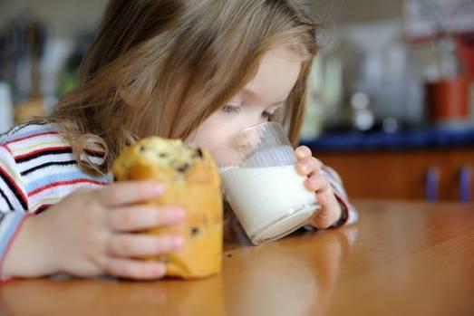 """Einst war sie das gesunde Lebensmittel schlechthin - doch mittlerweile hat die Milch an Image eingebüßt. Der Grund: Viele Menschen glauben, dass Kälbernahrung für Menschen ungeeignet ist. Sie würde dick machen, für Verdauungsbeschwerden und Blähungen sorgen. Auch der enthaltene Milchzucker, die Laktose, gerät immer mehr in Verruf.  Was ist dran an den Vorwürfen? Wir haben gängige Milch-Mythen auf ihren Wahrheitsgehalt überprüft.   Dieser Artikel stammt aus dem aktuellen """"Gesund Leben. Das Magazin für Körper, Geist und Seele""""."""