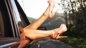 Flip-Flops und High Heels im Auto: Fahren mit Flip-Flops ist nicht verboten, also kommt eine Versicherung auch für Schäden auf, wenn der Fahrer solche Sandalen oder eine Dame High Heels trägt. Sollte das ungeeignete Schuhwerk aber den Unfall verursachen, muss der Fahrer mit Einbußen rechnen.  Barfuß fahren: Hier gilt das Gleiche wie bei den Flip-Flops: Im Prinzip ist es erlaubt, sind die bloßen Füße jedoch an einem Unfall schuld, zieht sich die Versicherung aus der Affäre.