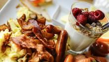Ausgedehntes Schlemmen - das verbinden viele mit dem Brunchen. Und so ist es auch: Das reichhaltige Buffet bietet Elemente des Frühstücks - Brötchen, Müsli, Obst - aber ebenso warme Gerichte wie Suppe, Quiches oder Aufläufe.