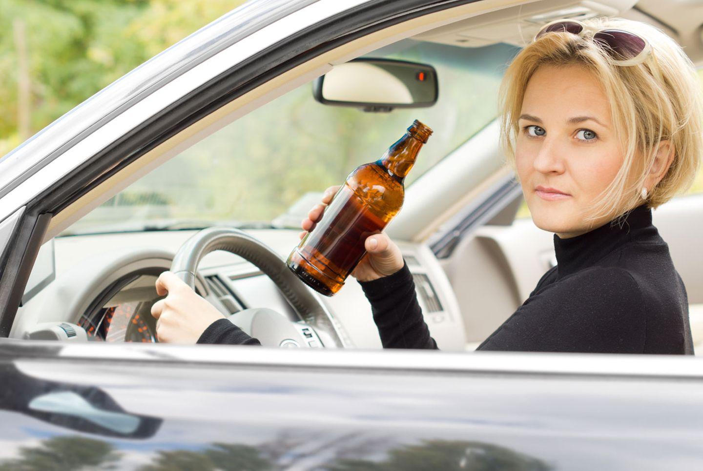 Ein Bierchen am Steuer ist erlaubt - solange es bei einem Schluck bleibt und die Promille-Grenzen nicht überschritten werden.
