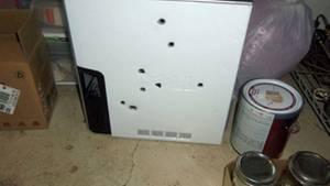Konnte den Dirty-Harry-Methoden nicht viel entgegensetzen: der durchlöcherte Dell-Rechner.