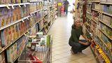 Wenn viele Produkte in einem Supermarkt aufgestapelt werden, suggeriert uns das einen günstigen Einkaufspreis - also muss der Artikel auch für den Kunden ein Schnäppchen sein. Und schon greifen wir zu. Umschiffen Sie mit ihrem Wagen besser die aufgetürmte Aktionsware, wenn Sie sie nicht wirklich brauchen.
