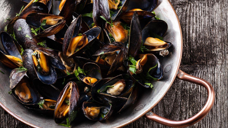 Vor dem Kochen sind Muscheln noch lebendig und schließen sich bei Berührung, etwa durch Antippen oder beim Waschen. Nach dem Öffnen aber sollen sie sich geöffnet haben. Wenn sie es nicht tun: Sind sie dann zwingend verdorben?