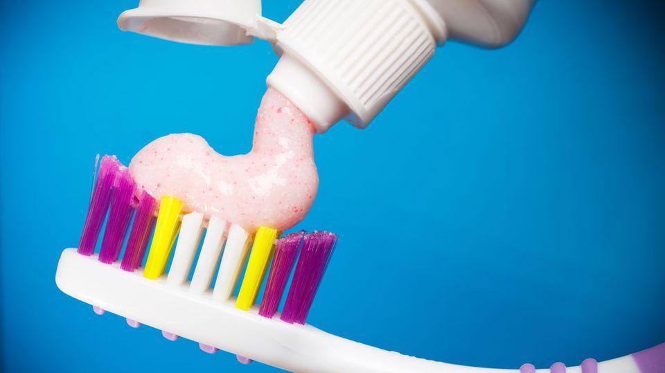 Stiftung Warentest hat geprüft: Welche Zahnpasta schützt zuverlässig vor Karies?