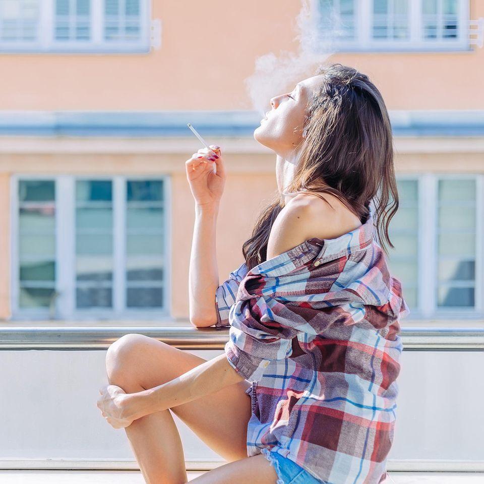 Wie ist es denn mit Rauchen auf dem Balkon? Der Bundesgerichtshof hat entschieden, dass Nachbarn, die sich vom Rauch gestört fühlen, diesen nicht immer hinnehmen müssen - und ein temporäres Rauchverbot in Ordnung geht.