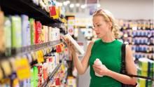Beim Einkaufen: Das Shampoo öffnen