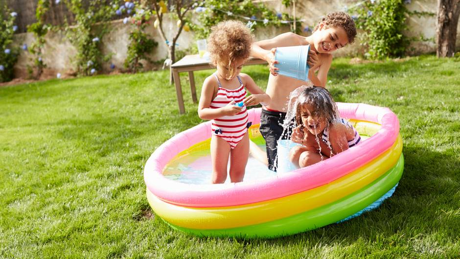 Kinder dürfen im Garten spielen - da sind sich Gerichte einig. Kein Vermieter darf das Toben im Grünen per Hausordnung untersagen. Das gilt allerdings nicht für Tiefgaragen oder Kellerräume: Hier kann der Vermieter aus Sicherheitsgründen das Spielen verbieten. Im Garten muss das Spielzeug der Kinder wieder weggeräumt werden. Nicht vorgehen können Nachbarn oder Vermieter gegen Kinderlärm. Das gilt auch für Babygeschrei. Allerdings müssen Eltern darauf achten, dass Ruhezeiten (Nachmittags und am späten Abend) eingehalten werden. Und: Kinder haben das gleiche Recht wie ihre Eltern und dürfen Besuch bekommen - und mit den anderen Kindern gemeinsam spielen. Auch hier haben Gerichte sehr deutlich zugunsten der Kinder entschieden.