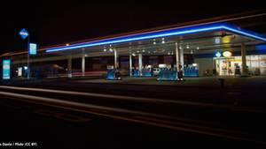 Warum eigentlich… kostet ein Liter Benzin immer 0,9 Cent extra?