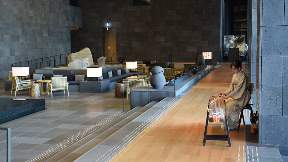 In der Lobby des Aman Tokio zupft eine Musikerin die 13 Saiten der Koto, der japanischen Zither.
