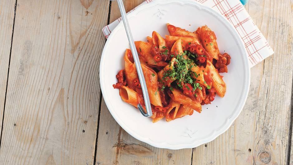 Ein Teller mit dampfender Pasta all'arrabbiata - die scharfen Nudeln