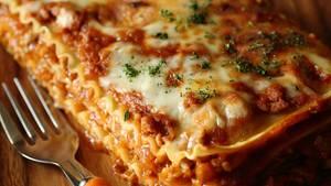 Pasta: Eine Kasserole mit dampfender Lasagne