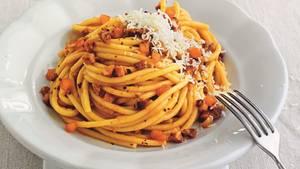 Ein Teller mit dampfender Pasta - Bucatini all'amatriciana