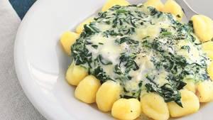 Mächtiger Pasta-Teller: dampfende Gnocchi mit einer Spinat-Gorgonzola-Sauce