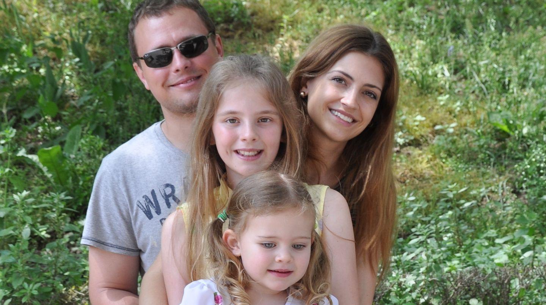 Sarah Graf zusammen mit ihren zwei Töchtern und ihrem Mann bei einem Familienausflug in Istanbul