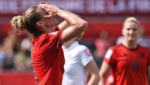 Deutschlands Simone Laudehr ärgert sich über eine vergebene Chance