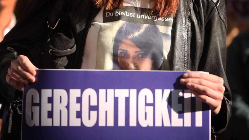 Im Tugce-Prozess zeigt eine Besucherin im Gerichtssaal ein Schild mit der Aufschrift Gerechtigkeit