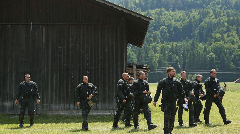 (Symbolbild) Polizisten auf dem Weg zu einer Demonstration der G7-Gegner in Garmisch-Partenkirchen