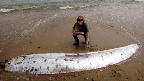 Amy Catalano vor dem vier Meter langen, angespülten Riemenfisch