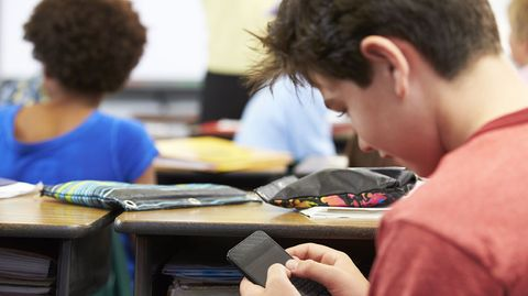 Über 90 Prozent der Jugendlichen in Deutschland nehmen ihr Handy mit in den Unterricht