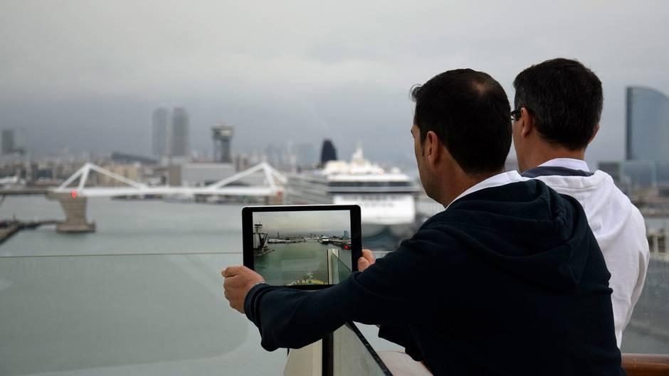 """Im Hafen von Barcelona: Gleich läuft die """"Allure of the Seas"""" zur Kreuzfahrt durchs Mittelmeer aus."""