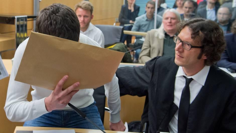 Sanel M. verdeckt während des Tugce-Prozesses im Gerichtssaal sein Gesicht
