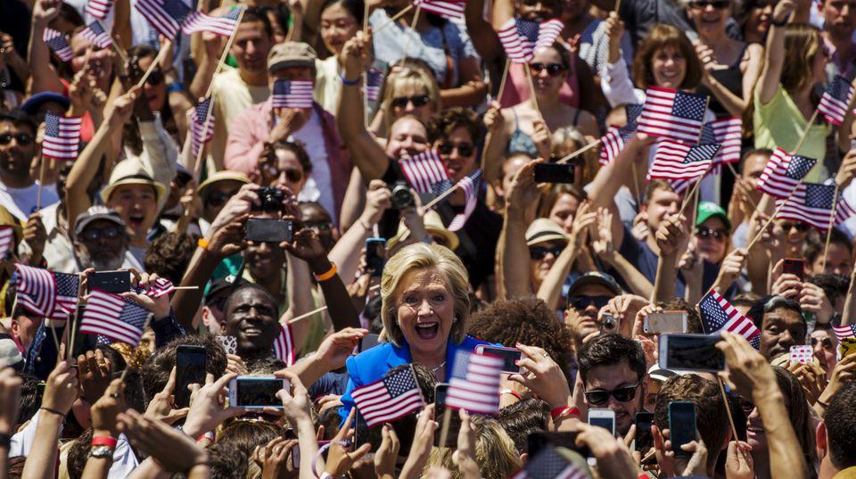 Hillary Clinton inmitten ihrer Anhänger während des Wahlkampfauftakts auf Roosevelt Island
