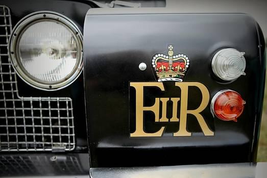 Dunsfold Collection: Das Wappen der Queen ziert den Parade-Landy