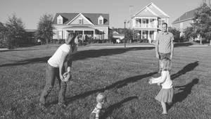 Tina Busch mit ihrer Familie beim Ballspielen