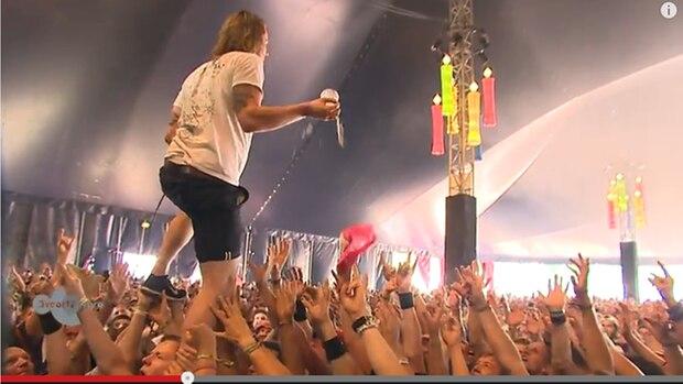 Mit dieser Reaktion hätte keiner gerechnet: Als bei einem Konzert der Band John Coffey jemand ein Bier auf Sänger David Achter de Molen wirft, fängt dieser den Becher mit einer Hand.