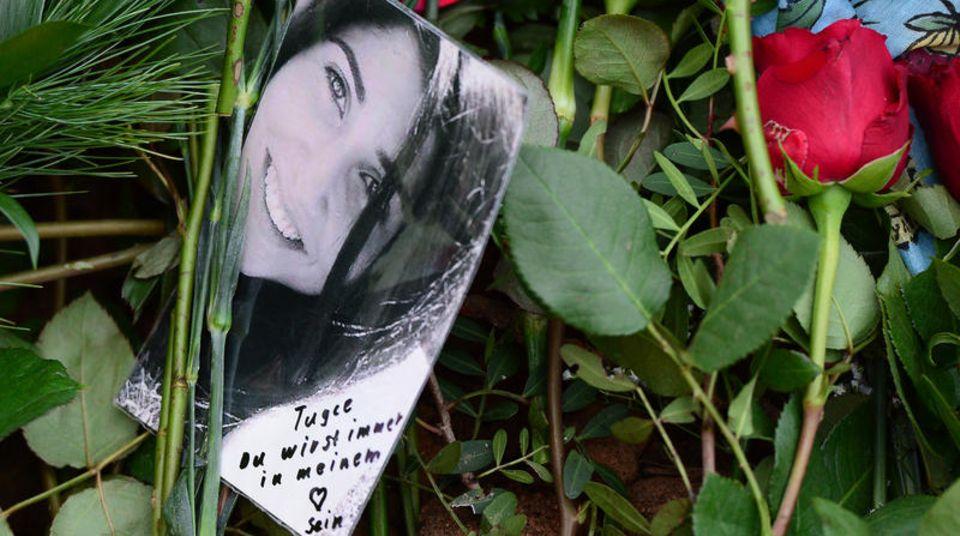 Rose und Foto zum Gedenken an Tugce Albayrak