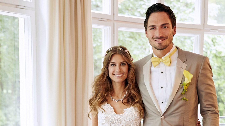 Cathy Fischer und Fußballspieler Mats Hummels posieren für ihr offizielles Hochzeitsfoto