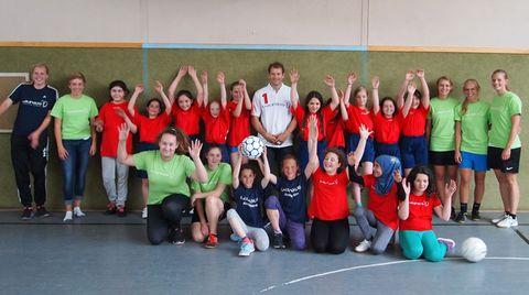 Jens Lehmann und die Fußballerinnen der der Osnabrücker Rosenplatzschule