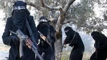 Ein Propagandavideo der IS-Miliz zeigt voll verschleierte Frauen mit Gewehren, die angeblich in der syrischen Stadt Al-Rakka operieren. Die Frauen sollen der Al-Chansaa-Brigarde angehören, die nur aus Dschihadistinnen besteht. (Archivbild)