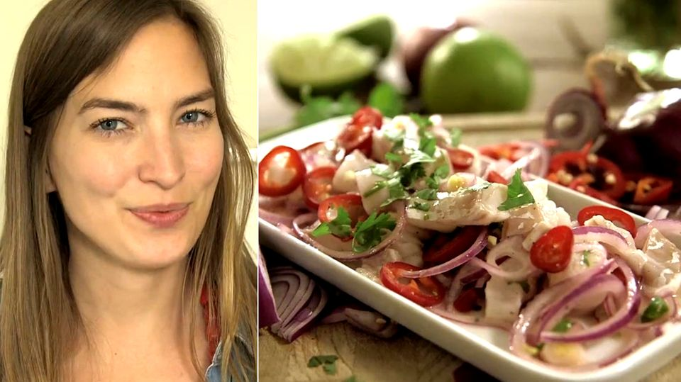 Collage aus einer jungen Frau und einer Ceviche mit Tomate, Zwiebeln, Mozzarella, usw.