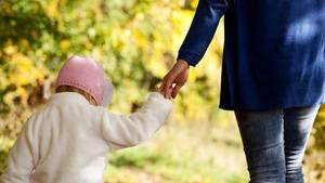 Eine Mutter geht mit ihrem Kind spazieren