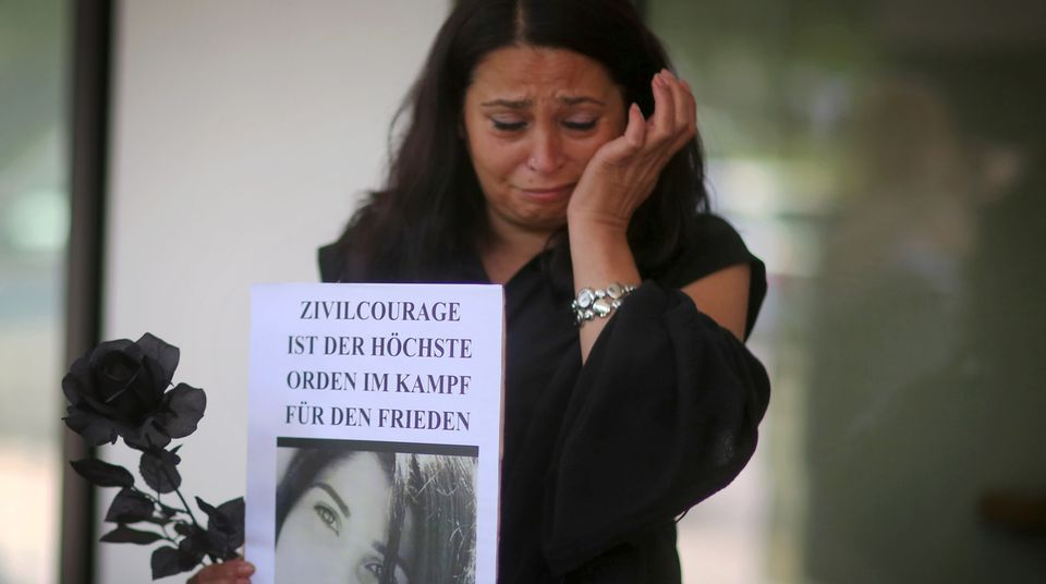 Eine Frau trauert bei einer Mahnwache vor dem Gerichtsgebäude in Darmstadt um Tugce