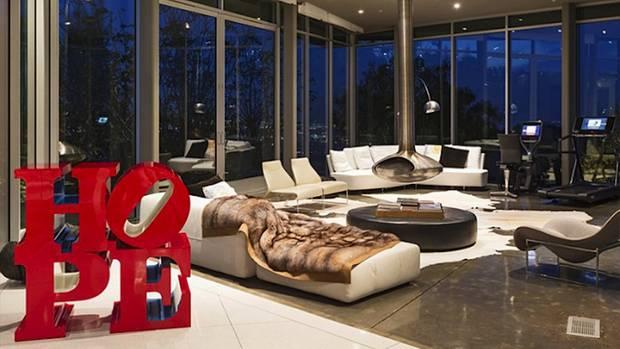 Das Wohnzimmer mit schwebendem Kamin