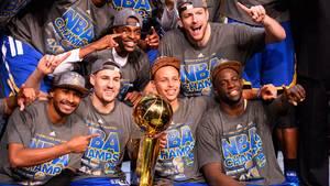 Die Golden State Warriors jubeln: Die Mannschaft hat die Finalserie mit 4:2 gewonnen und sich damit den NBA-Titel gesichert