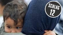Eine Asylbewerberin und ihr kleines Kind vor der Zentralen Ausländerbehörde des Landes Brandenburg