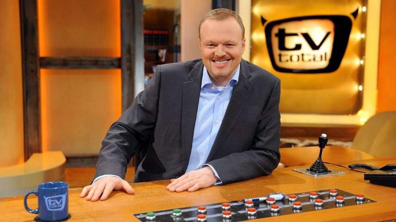 """Entertainer wird 50: """"TV total"""" Am 8. März 1999 geht der ehemalige Viva-Moderator Stefan Raab erstmals mit """"TV total"""" auf Sendung. Die Unterhaltungsshow, die seit Februar 2001 viermal die Woche läuft, ist mittlerweile die am längsten ausgestrahlte Late-Night-Show im deutschen Fernsehen. In der Staffel 2011/12 holt Raab im Durchschnitt elf Prozent der werberelevanten Zielgruppe der 14- bis 49-Jährigen vor das TV-Gerät - und hält damit seinen Schnitt der vergangenen Jahren. Seit Anfang 2012 läuft es nicht mehr so rund."""