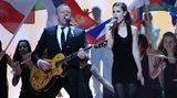 """Entertainer wird 50: Eurovision Song Contest Auf der Suche nach einem Interpreten, der es schaffen würde, Deutschland beim europäischen Musikwettbewerb nicht auf die letzten Plätze zu singen, geht die ARD 2010 eine Kooperation mit Raab ein. Der hat 1998 das Grand-Prix-Lied für Guildo Horn komponiert, ist 2000 selbst angetreten und hat 2004 seinen Schützling Max Mutzke ins Rennen geschickt - bei allen drei Anlässen kommt er unter die ersten zehn. Bei der 2010er-Castingshow """"Unser Star für Oslo"""" siegt Lena Meyer-Landrut, die mit """"Satellite"""" auch in Oslo den ersten Platz belegt. Ein Jahr später suchen Raab und Lena im Format """"Unser Song für Deutschland"""" nach einem neuen Topsong - und landen schließlich beim Wettbewerb auf Platz zehn. 2012 singt sich der ebenfalls von Raab geförderte Roman Lob auf Platz acht."""