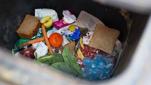Lebensmittel in der Mülltonne