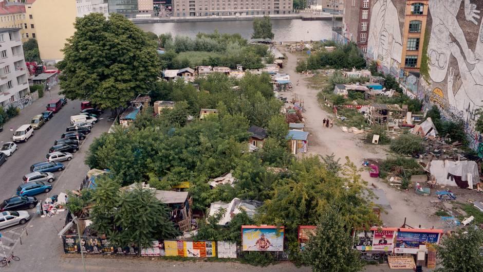 Die Cuvry: Auf der mit Zelten und Hütten besiedelten Brache am Kreuzberger Spreeufer wohnen verschiedenste Nationalitäten nebeneinander