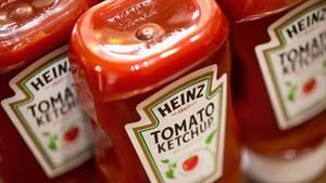 Eine Reihe von Ketchup-Flaschen der Marke Heinz stehen nebeneinander.