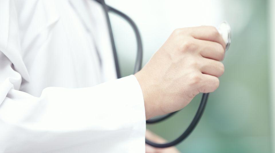 Person im Kittel mit Stethoskop