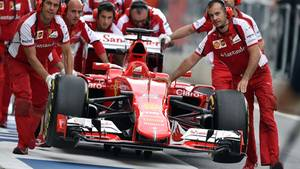 Mit vereinten Kräften schieben die Ferrari-Mechaniker Vettels Boliden zurück in die Box