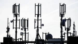 Antennen für den Mobilfunk stehen auf dem Dach eines Hochhauses in Kiel