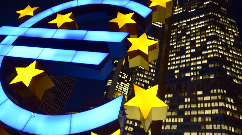Die Euro-Skulptur leuchtet vor der Europäischen Zentralbank in Frankfurt am Main. Wieder einmal hat die EZB den Kreditrahmen für griechische Banken erhöht.